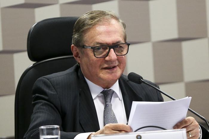 Ministro trapalhão: no MEC, há quem aposte que Véles não se sustenta no cargo depois do episódio do hino