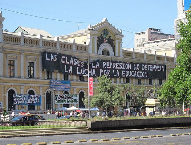 No Chile, há uma elite de 33 universidades seletivas e disputadas, 25 estatais e 8 privadas, mas o acesso ao ensino superior não é gratuito e universal nas públicas