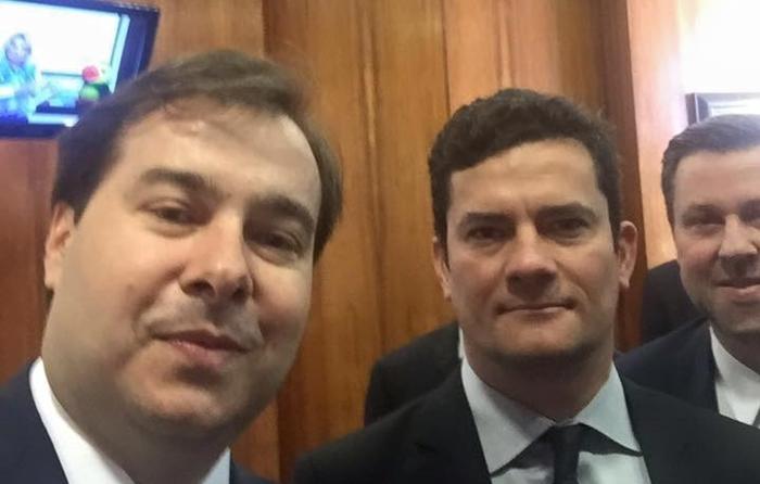 """Maia (E) chamou Sergio Moro de """"funcionário de Bolsonaro"""" e desqualificou pacote anticrime"""