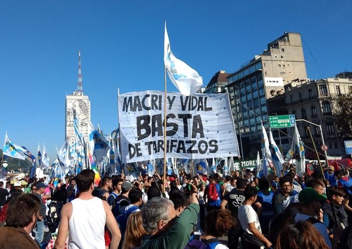 Manifestantes contra o tarifaço aplicado pelo governo de Mauricio Macri
