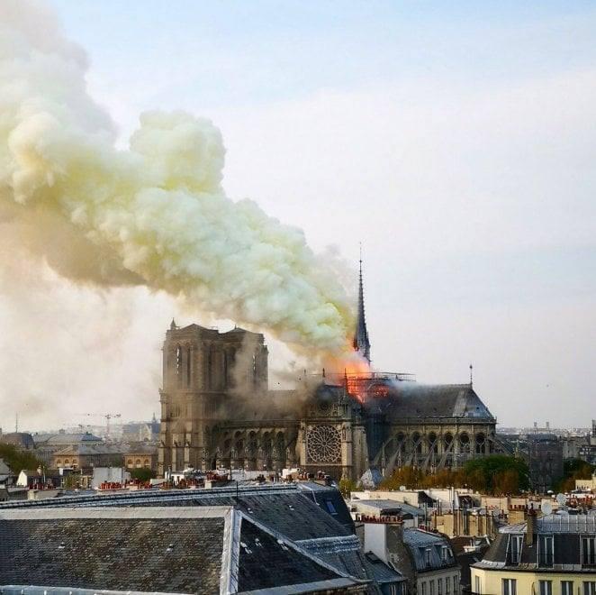 Desde o início da tarde a fumaça pode ser vista do topo do patrimônio considerado uma referência histórica da capital francesa
