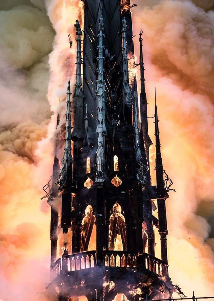 Torre da catedral desabou no início da noite