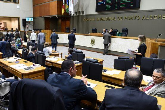 Manobra da base aliada do prefeito Marchezan Júnior colocou privatização de parques em votação no final da sessão de segunda-feira