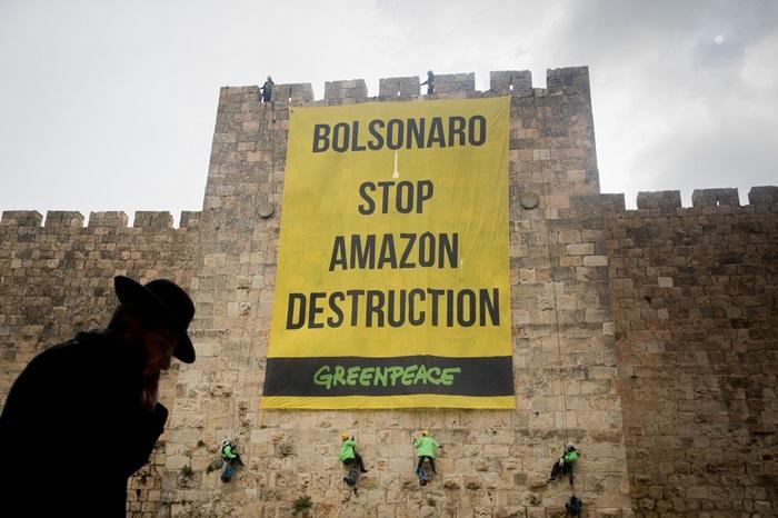 """Protesto do Greenpeace no Muro das Lamentações durante visita: """"Vamos lembrar ao presidente a importância da Amazônia em todos os momentos, sem descanso"""""""