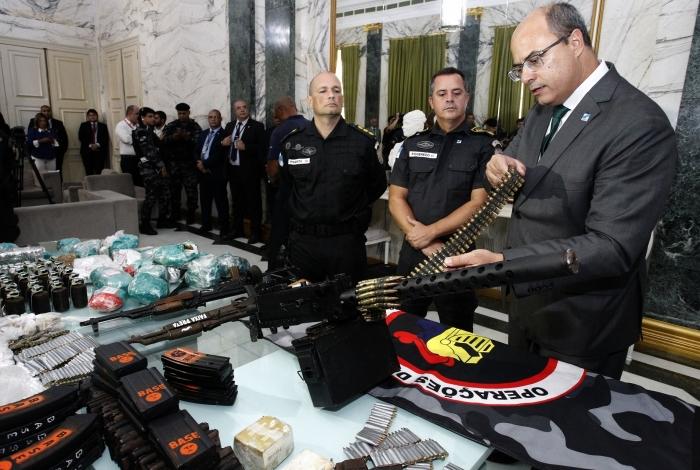 Witzel posa com arsenal apreendido no Complexo do Alemão: partiu do governador do Rio a ordem para o massacre de 13 jovens no Morro do Fallet