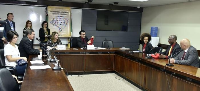 Em dezembro de 2017, o estudante Elisandro Ferreira, um dos supostos alvos de racismo na UFSM, denunciou o caso à Comissão de Cidadania e Direitos Humanos da Assembleia Legislativa. No final do inquérito, acabou denunciado por racismo
