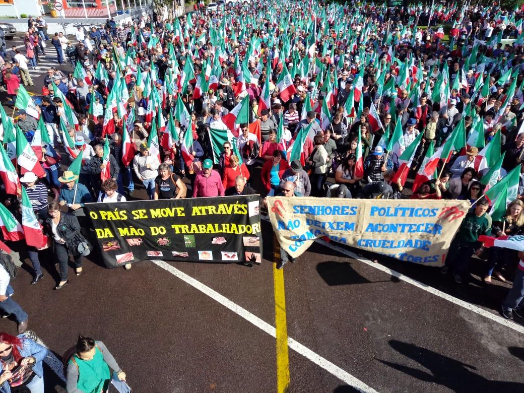 """""""Queremos acordar a sociedade urbana para a importância do produtor rural, porque o morador da cidade precisa do agricultor ao menos três vezes por dia"""", alertavam manifestantes durante a marcha"""