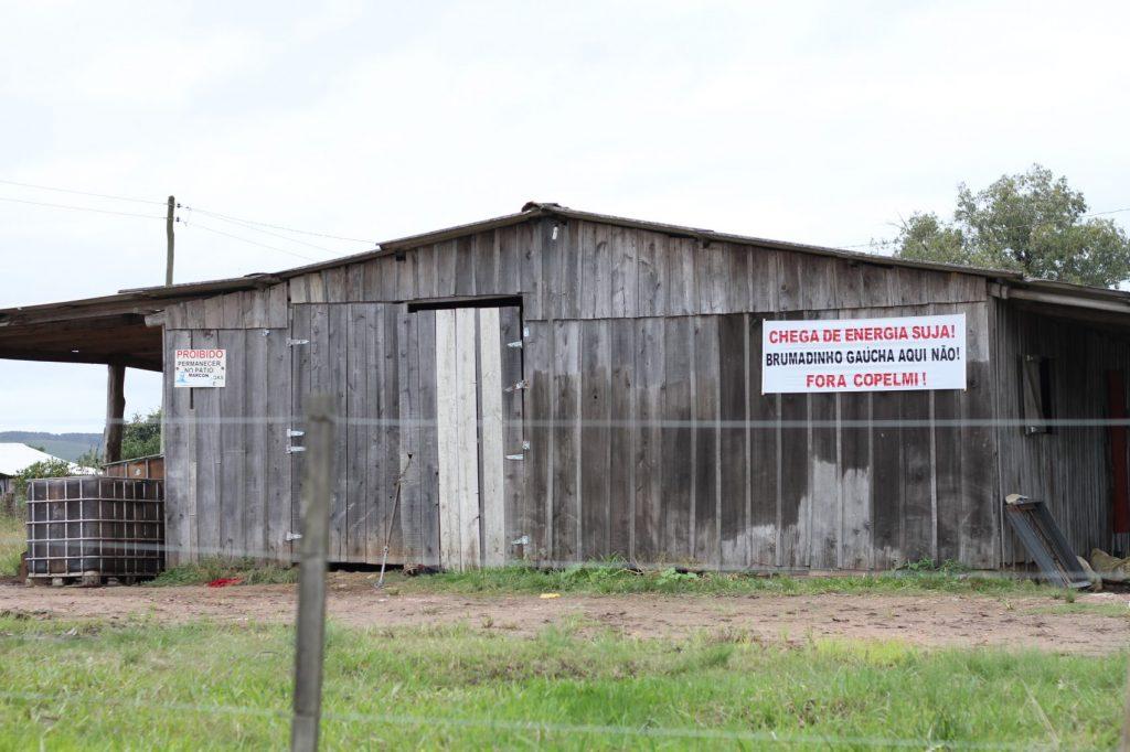 Assentados mantêm faixas e cartazes contra a instalação da mina