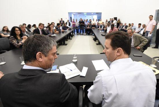 Prefeito eleito, Nelson Marchezan Júnior apresenta aos vereadores proposta de organograma para sua gestão. Na foto: prefeito eleito Nelson Marchezan Júnior (d) e presidente da CMPA, vereador Cássio Trogildo (e).