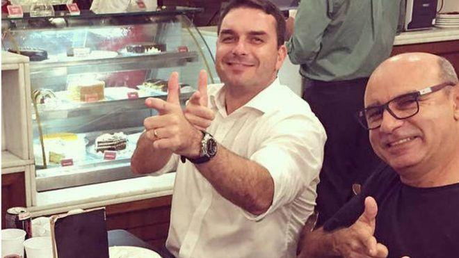 Flávio Bolsonaro e Fabrício Queiroz: esquema de divisão de salários, movimentações atípicas, contas-laranja e envolvimento com milícias