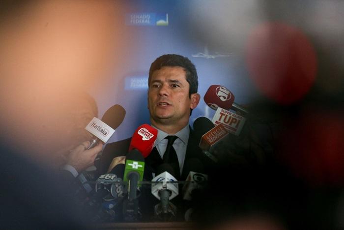 O então juiz federal Sergio Moro, em coletiva após debate temático no Senado do Projeto de Lei 280/2016, sobre abuso de autoridade. Nos bastidores, o juiz da Lava Jato dava ordens aos procuradores para enfraquecer a defesa de Lula