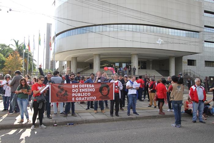 Ato pediu liberdade para Lula em frente ao TRF4, sede da primeira condenação do ex-presidente por Moro