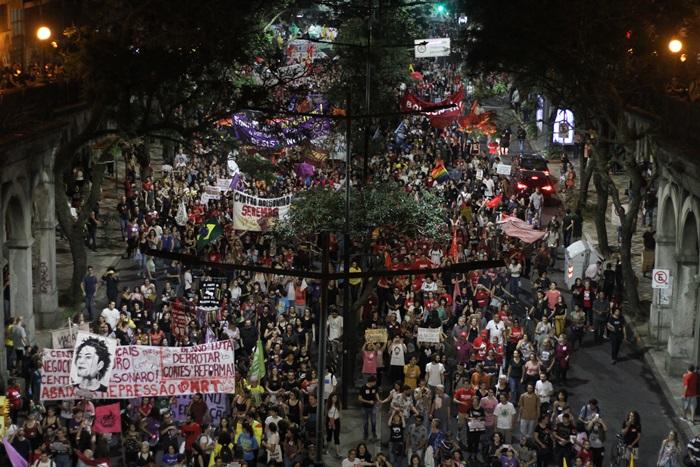Após concentrações que começaram às 15h junto ao Instituto de Educação e à Faced, marcha com cerca de 20 mil manifestantes rumou para a Esquina Democrática, no centro da capital
