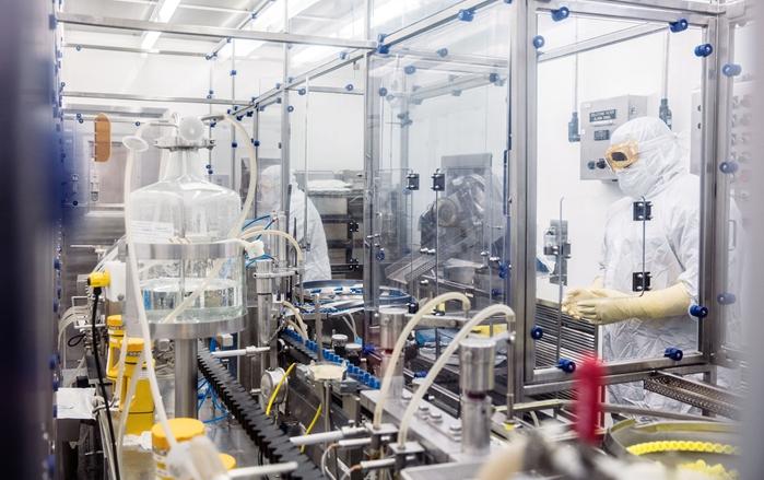 Funcionários da Pfizer monitoram linha de envase injetável asséptica em laboratório da multinacional em Rocky Mount, Carolina do Norte