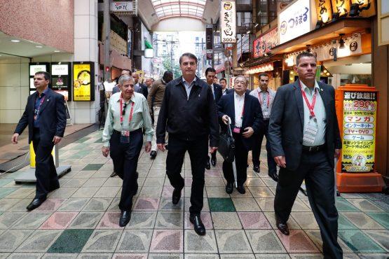 Jair Bolsonaro passeia pela cidade de Osaka, no Japão