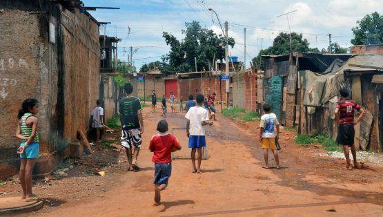 Crianças brincando na rua | Foto: Antonio Cruz/Agência Brasil