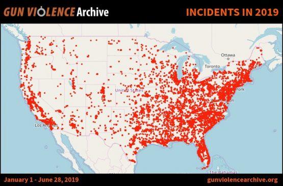 O infográfico no alto deste texto mostra um dos resultados desse imenso arsenal. Ele marca os incidentes com disparos de armas de fogo noticiados nos primeiros seis meses deste ano, até o dia 28 de junho. Até essa data, foram 26.487 casos registrados, que produziram 6.997 mortes e 13.533 feridos (dados disponíveis em www.gunviolencearchive.org)