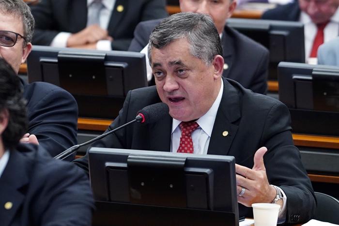 """""""O que diria o deputado Ulisses?"""", criticou o petista José Guimarães, numa referência ao """"pai"""" da Constituinte"""