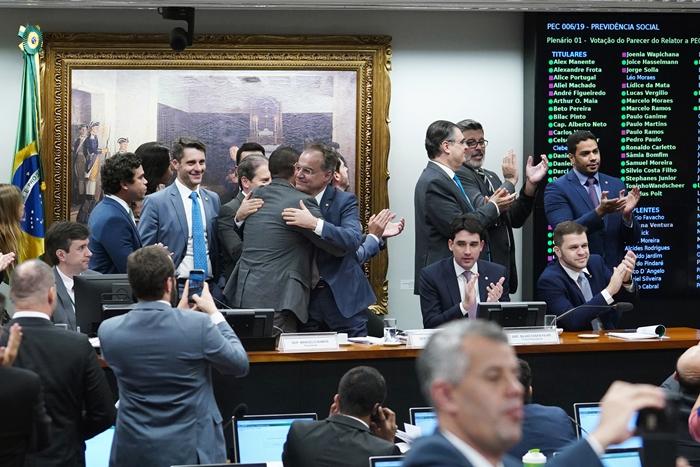 Deputados de Bolsonaro comemoram aprovação do texto na comissão especial