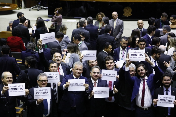 Plenário analisa emenda proposta por Samuel Moreira (PSD-SP) reduz a idade mínima de 55 anos para professores e 52 para professoras; e 30 e 25 anos de contribuição