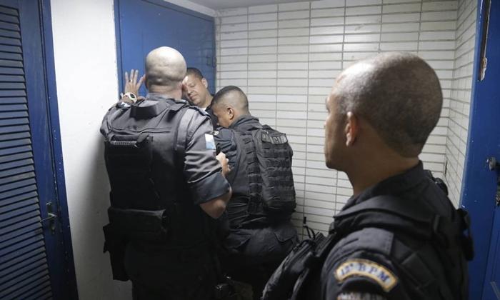 PMs impediram a passagem de estudantes que protestavam contra a política de segurança do governador fluminense