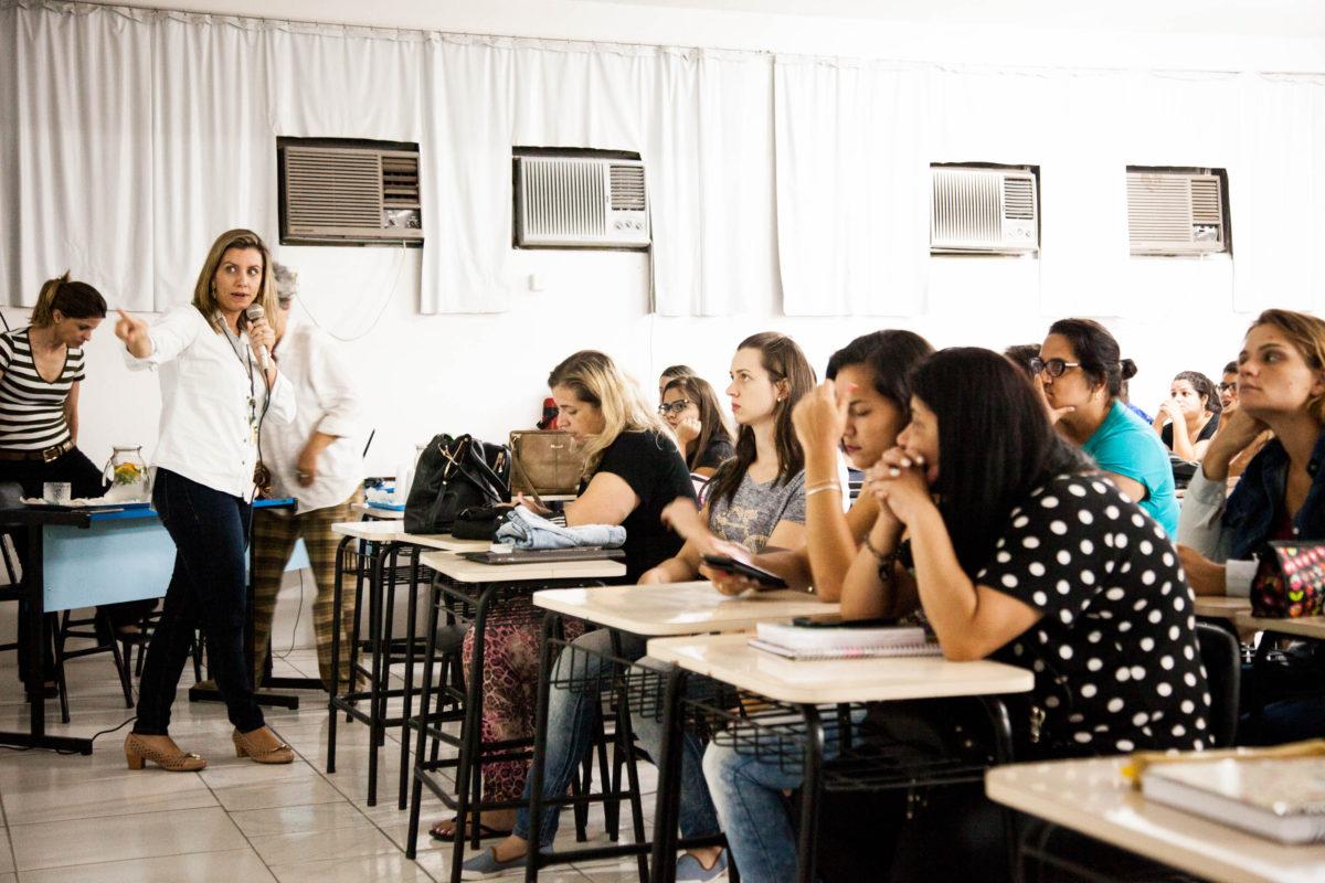 A médica Fernanda Bonow apresenta o assunto a estudantes de Pedagogia da Uninter em Montenegro, 2018