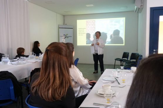 A coordenadora do projeto, Glaci Borges, apresentou o trabalho realizado na região do Vale do Caí para a imprensa