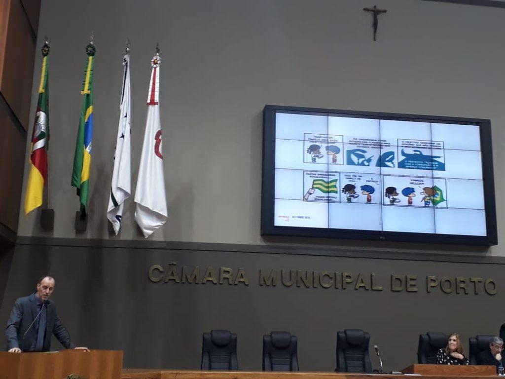 O vereador Marcelo Sgarbossa, que encaminhou o pedido de exposição da Grafar usando seu espaço na tribuna para projetar os trabalhos censurados
