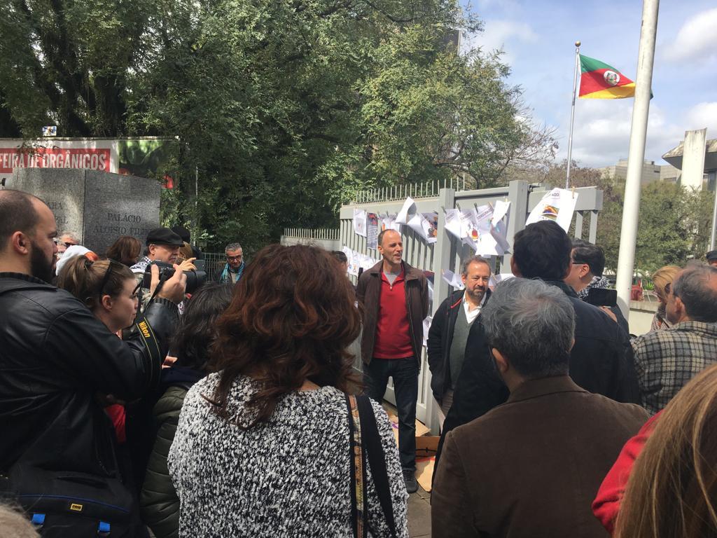Protesto em frente à Câmara de Vereadores contra retirada da mostra Independência em Risco