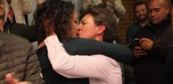 Prefeita de Bogotá Claudia Lopez beija sua companheira a senadora Angélica Lozano
