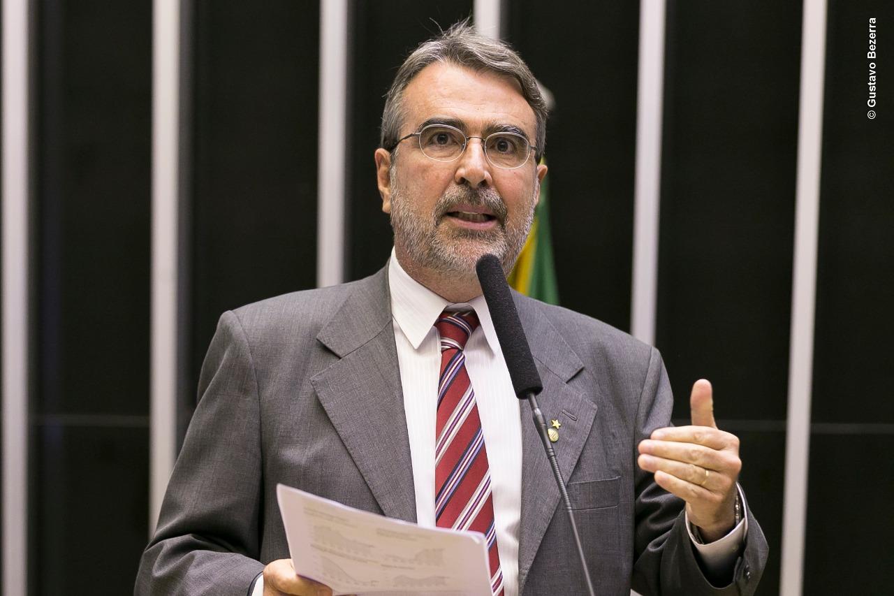 """Deputado federal Henrique Fontana (PT): """"Deram a eles R$ 1 trilhão em isenção de impostos com a MP do trilhão. Entregar esses 15 bilhões de barris é uma vergonha e um crime de lesa-pátria contra o Brasil."""""""