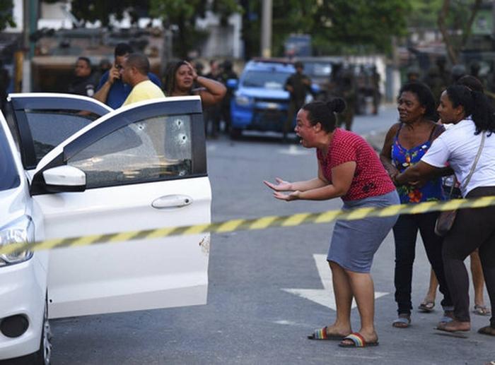 No dia 7 de abril, militares confundiram o carro no qual o músico Evaldo dos Santos Rosa estava com a família, a caminho de um chá de bebê, na periferia do Rio, e dispararam mais de 80 tiros, provocando a morte de Evaldo e de Luciano Macedo, que tentava ajudar as vítimas