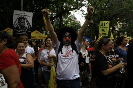 Assembleia reúne mais de 20 mil na Praça da Matriz em Porto Alegre: greve continua | Foto: Leonardo Savaris