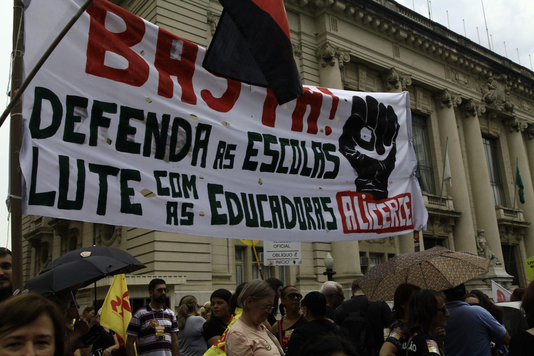 Assembleia reúne mais de 20 mil na Praça da Matriz em Porto Alegre: greve continua