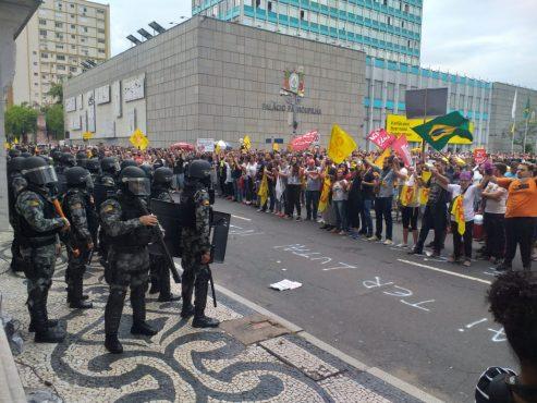 Comando de Greve é agredido pela BM em tentativa frustada de audiência com a Casa Civil | Foto: Flávio Ilha
