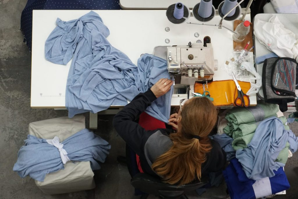 Projeto de economia feminista envolve cerca de 500 cooperados desde o plantio de algodão orgânico até a confecção do produto final