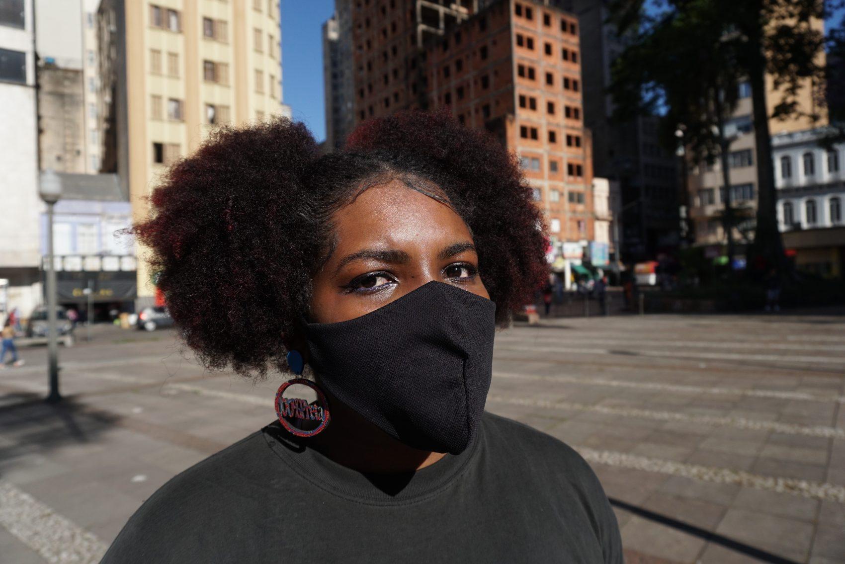 Vanessa Tiatã integra o coletivo Slam das Minas/RS; ela critica a hipersexualização da mulher negra e outros estereótipos