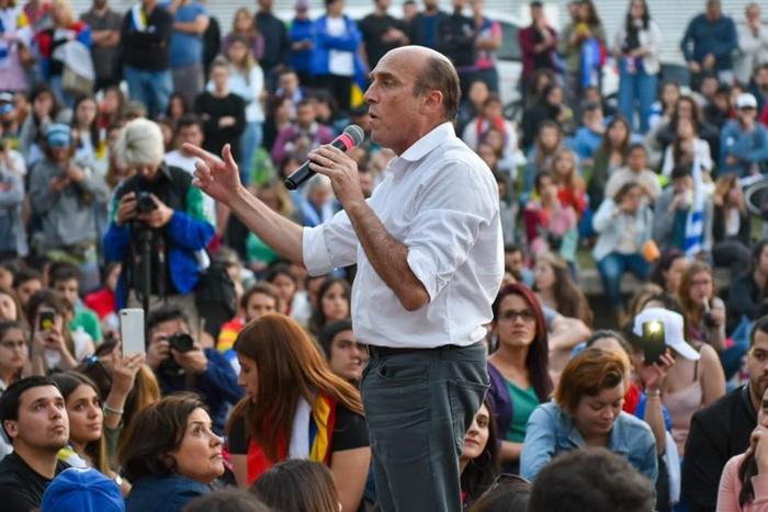 Martinez, da Frente Ampla, obteve 49,4% dos votos, contra 50,6% do candidato eleito