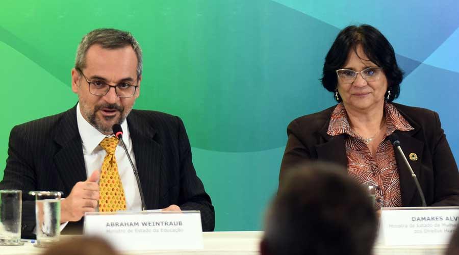 Mais um ataque aos professores. Acompanhada do ministro da Educação, Abraham Weintraub, Damares anunciou no dia 19 de novembro, em Belo Horizonte, a criação de um canal de denúncias contra professores