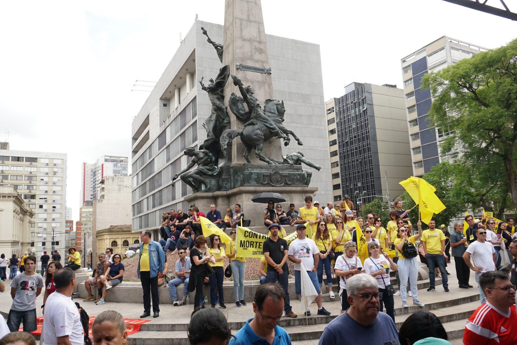 Assembleia unificada de servidores públicos mantém greve no rio grande do sul