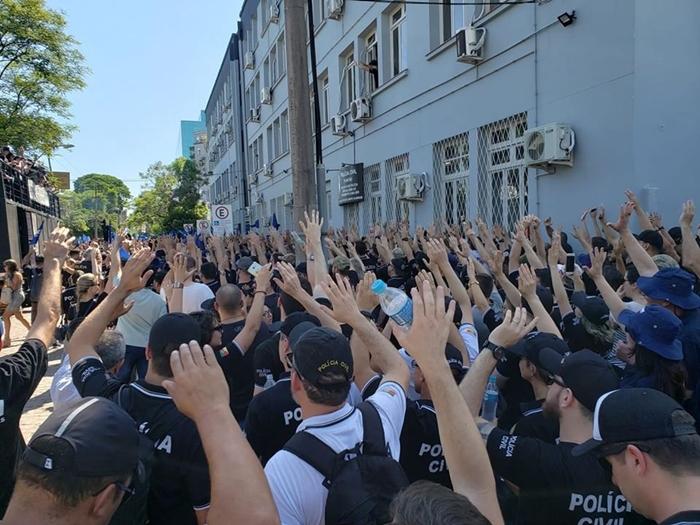 Policiais civis decidiram em assembleia que greve será deflagrada quando projeto do governo for à votação
