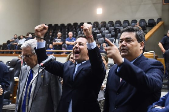 Nagelstein (C) e aliados aproveitaram a ausência da oposição no plenário para aprovar o Escola sem partido, mas a alegria dos parlamentares durou pouco: votação foi anulada pela Justiça