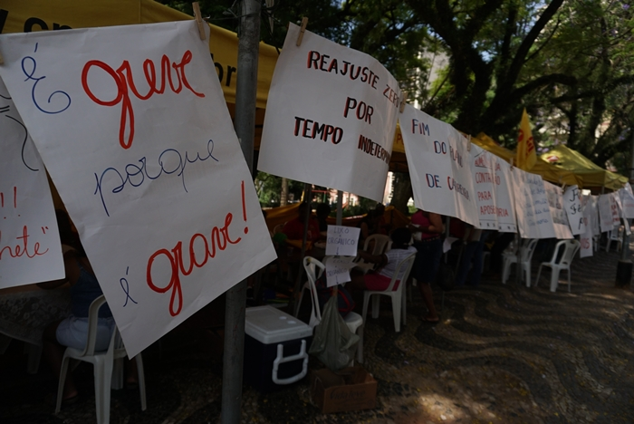 """""""... a greve é o último recurso de qualquer categoria, única alternativa ao esgotamento da negociação. É um grito de socorro para salvar a escola pública e os sonhos de milhões de gaúchos que dependem de uma educação gratuita e de qualidade"""""""
