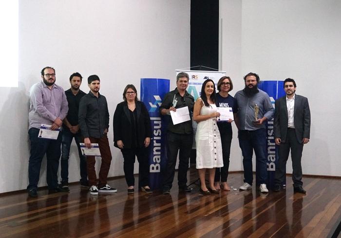 O editor-executivo do Extra Classe, Gilson Camargo (C) recebeu o segundo lugar em Reportagem Econômica com matéria sobre sonegadores da Previdência