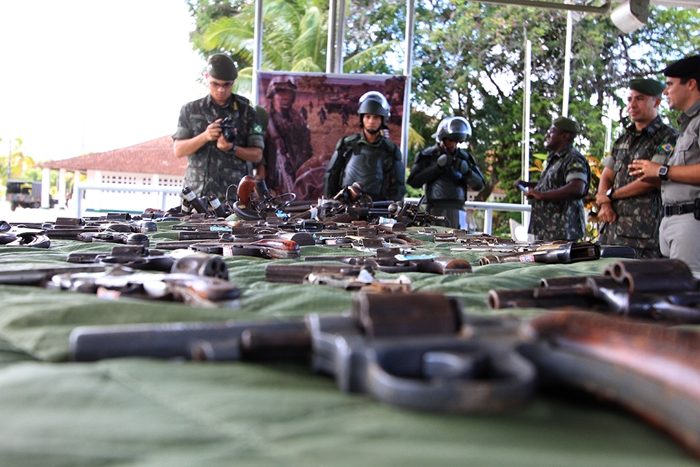 País trocou a campanha do desarmamento em 2014 (foto) pelo culto às armas e à violência sob Bolsonaro