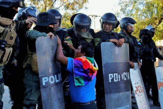 Manifestante indígena negocia com com as forças de repressão