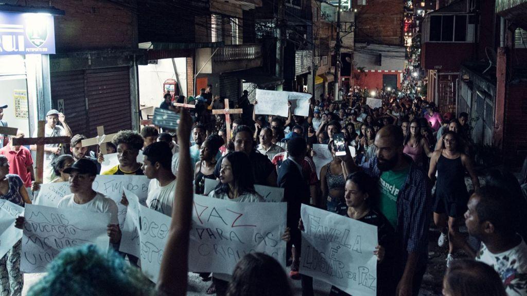 Comunidade permanece em luto e protesto pelas constantes ações policiais com excesso de violência contra a população local