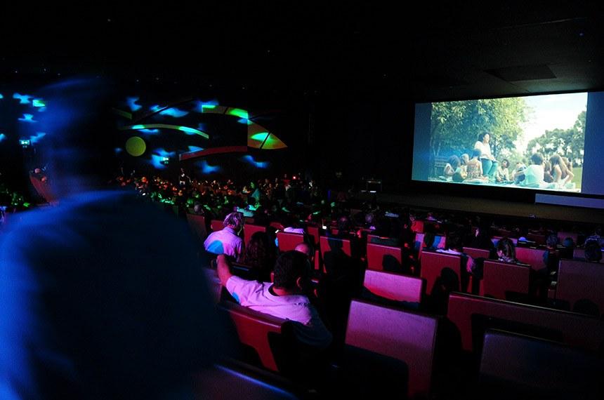 O presidente Jair Bolsonaro assinou a Medida Provisória que estende por mais um ano o prazo para que as salas de cinema passem a oferecer recursos de acessibilidade para pessoas com deficiência visual e auditiva