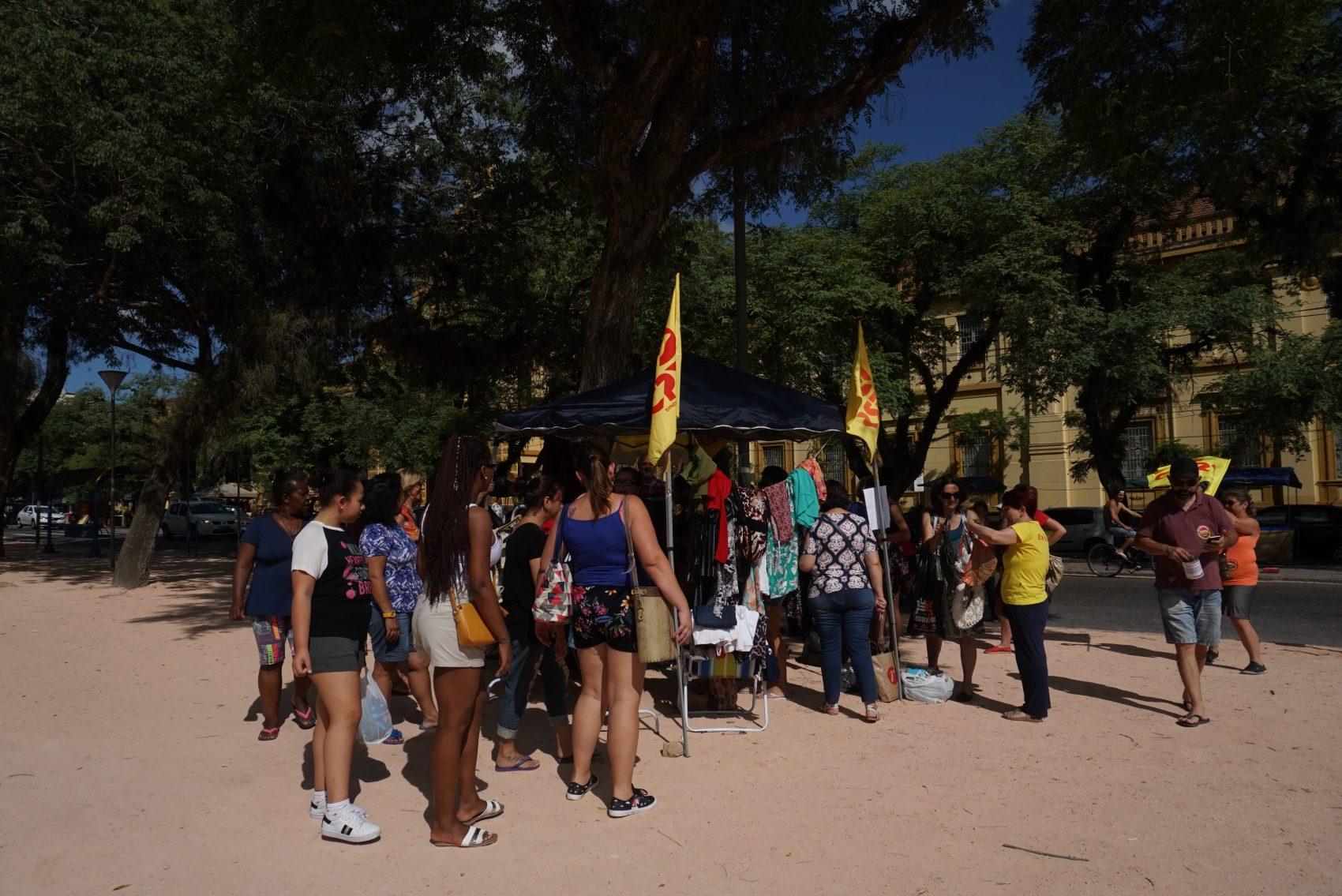 Brechó dos professores estaduais no Parque da Redenção