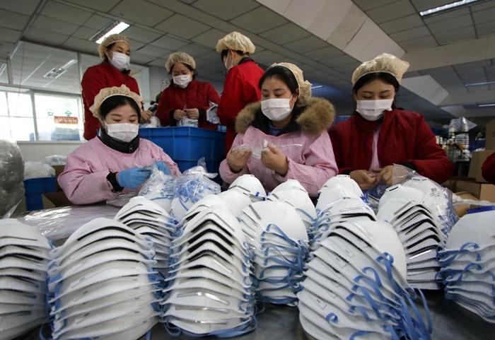 Trabalhadoras em fábrica de máscaras em Handan, China